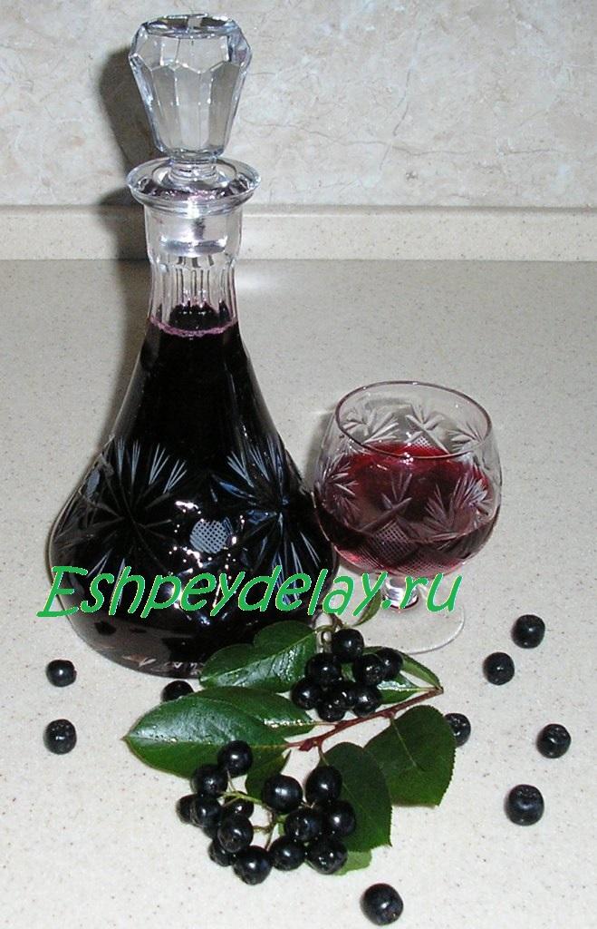ликер из черноплодной рябины с листьями