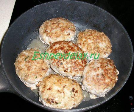 мясные зразы с яйцом на сковороде