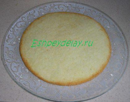 бисквит на блюде