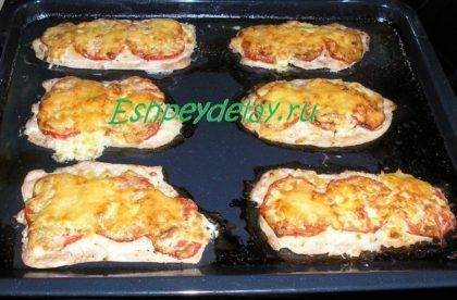 Куриные отбивные с помидорами в духовке