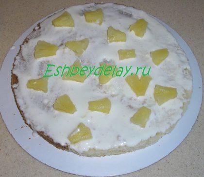 кусочки ананаса на корже