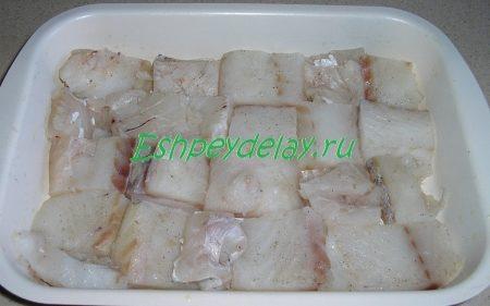 кусочки рыбы в форме для запекания