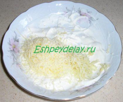 сыр с чесноком в сметане