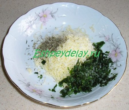 тертый сыр с зеленью и специями