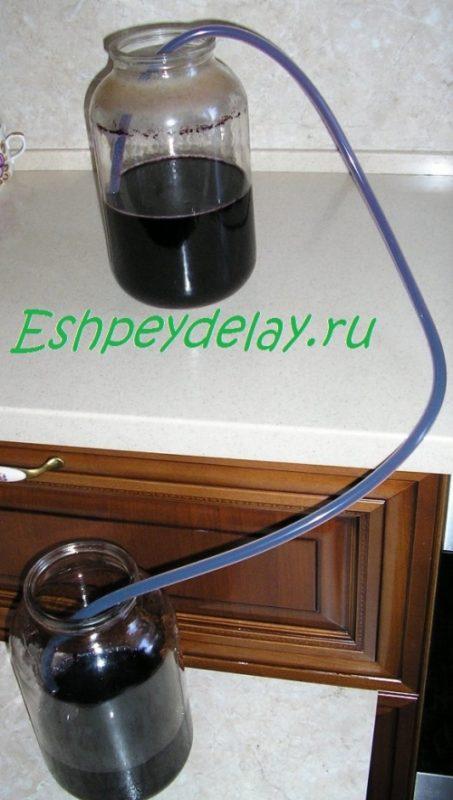 вино сливается через трубочку