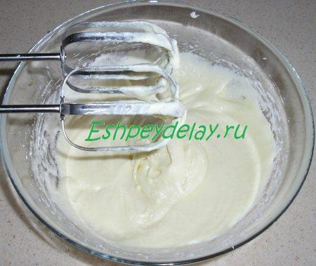 взбитое масло с яйцами