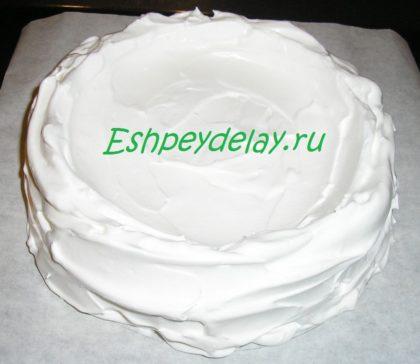 взбитый белок в форме торта
