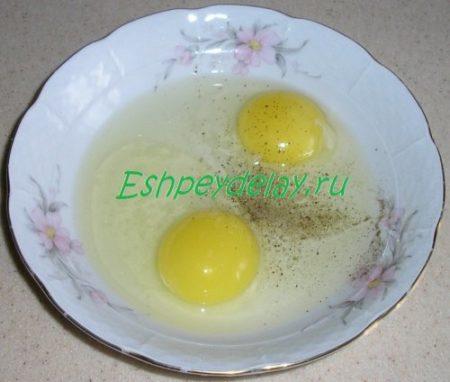 два разбитых яйца в миске