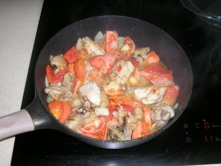 курица обжаренная с овощами