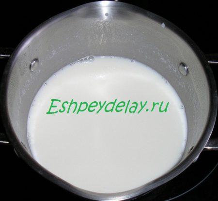 молоко в кастрюле