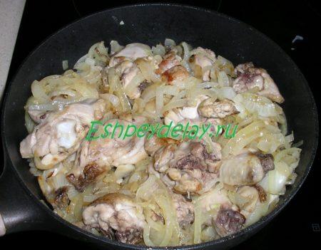 обжаренная курица с луком