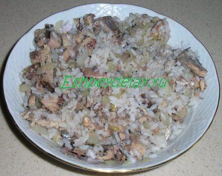 Сайра с рисом и луком