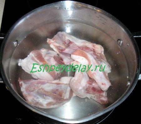 свиные ребра в кастрюле