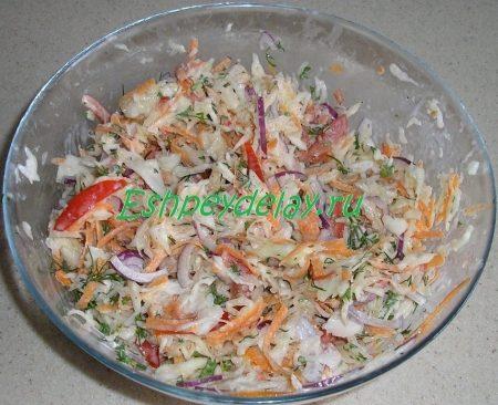 вкусный салат из капусты с помидорами