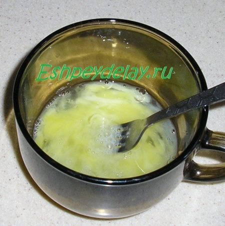 взбитые яйца в стакане