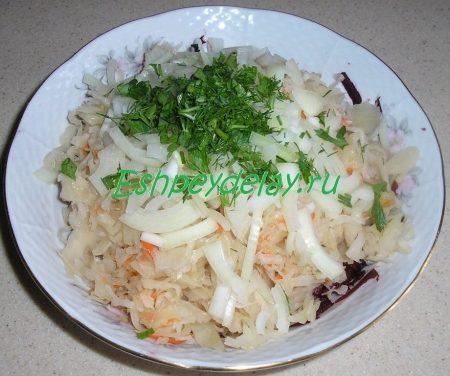 вкусный салат с квашеной капустой