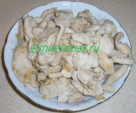 Обжаренное куриное филе в тарелке