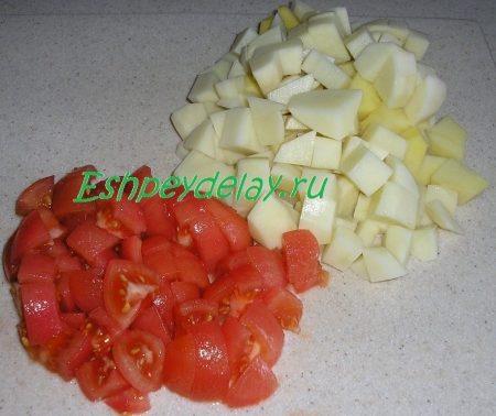 Порезанные кубиками картофель и помидор