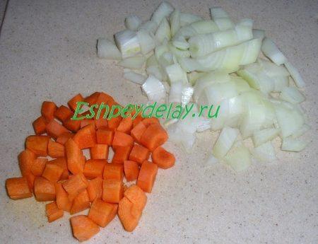 Порезанные кубиками лук и морковь