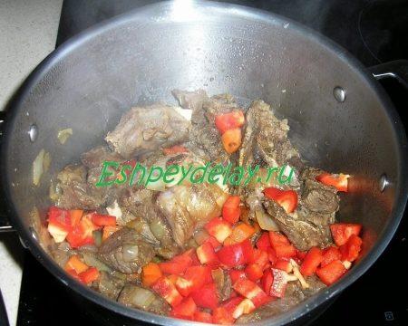 Обжаренное мясо с болгарским перцем