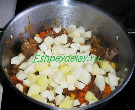 Обжаренное мясо с картофелем
