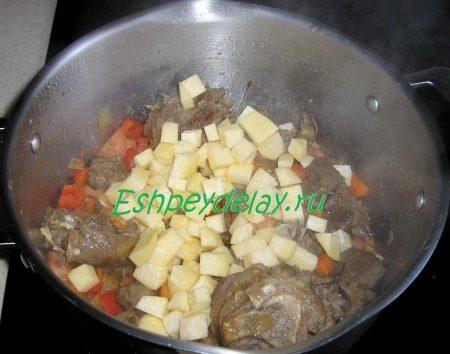 Обжаренное мясо с помидорами и репой