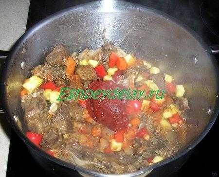 Обжаренное мясо с томатной пастой