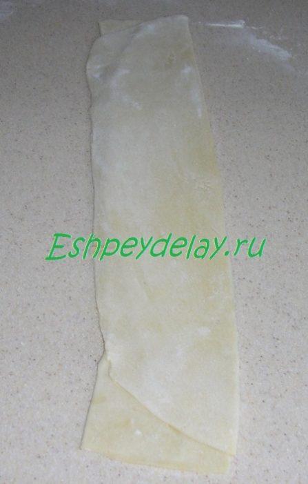 Разрезанное тесто на три полосы