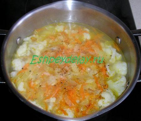 Обжаренные лук и морковь добавляем в бульон