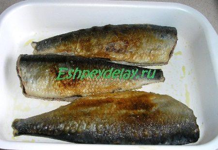 Обжаренная рыба на противне