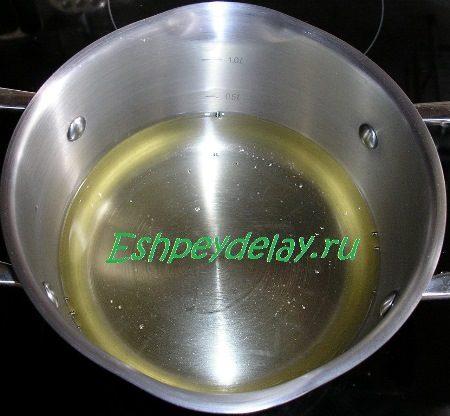 Растительное масло в кастрюле