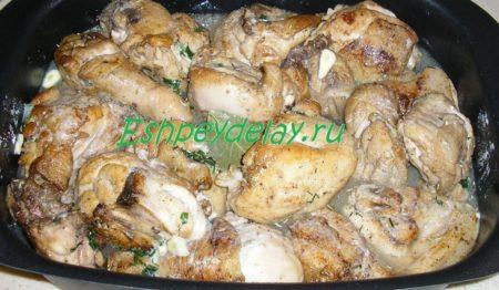 Кусочки курицы в противне