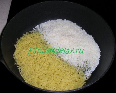 рис и вермишель в сковороде