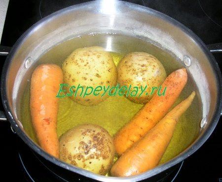Отваренные картофель с морковью
