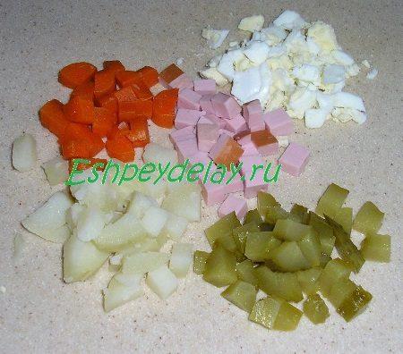 Мелко порезанные овощи с колбасой