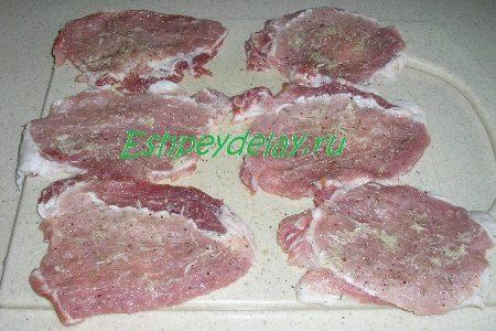 Отбитое мясо с травами и чесноком