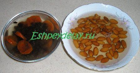 Орехи с сухофруктами в кипятке