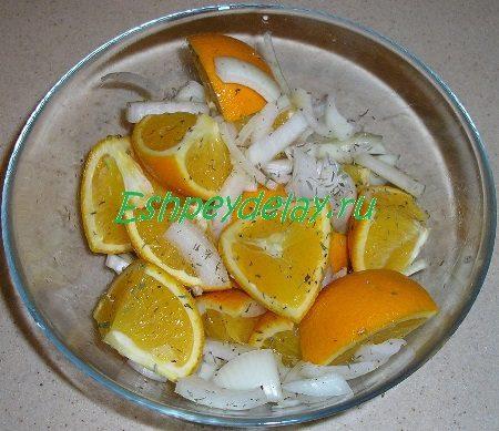 Апельсины с луком и травами в миске