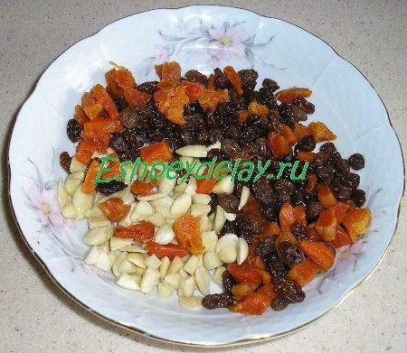 Подготовленные сухофрукты с орехами