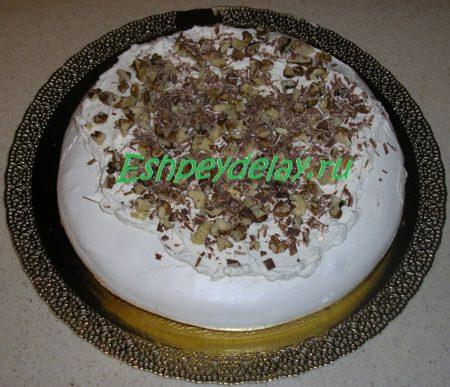 Безе со сливками посыпанное орехами и шоколадом