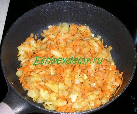 Обжаренная морковь с луком