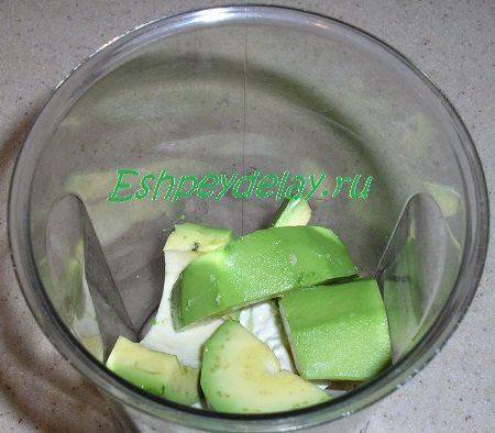 ёмкость блендера с сыром и авокадо