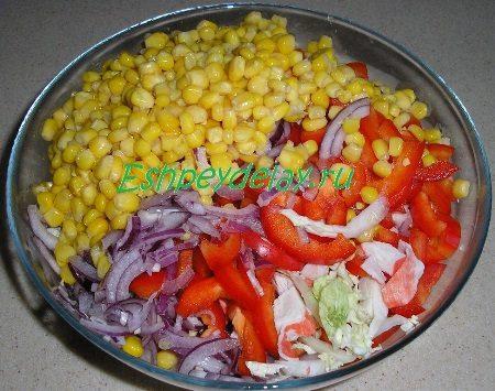 Овощи в миске с кукурузой