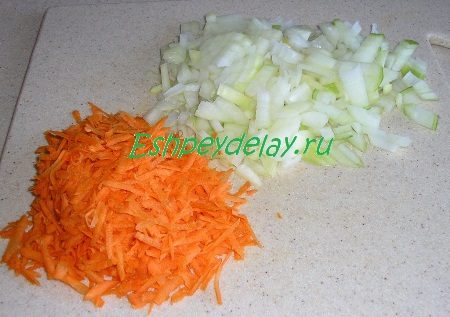 Потёртая морковь и порезанный лук
