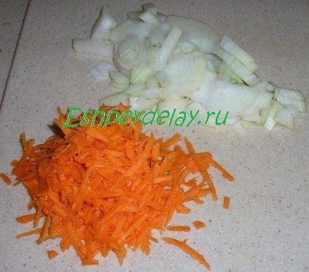 Порезанный лук и потёртая морковь