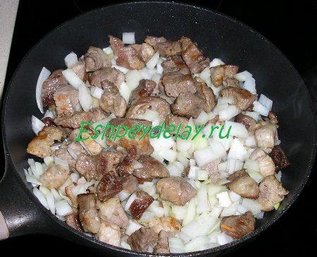 Обжаренное мясо с луком