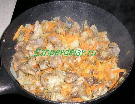 Мясо обжаренное с луком и морковью