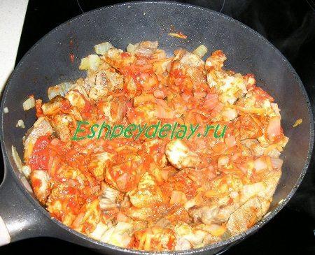 Мясо с овощами и томатной пастой