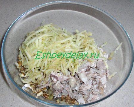 Ингредиенты для салата сложены в миску