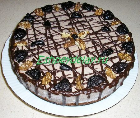 Муссовый торт из чернослива с грецкими орехами